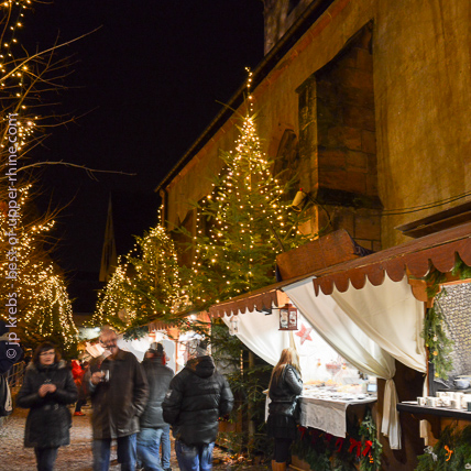 In Kaysersberg, charming little city near Riquewihr, Christmas markets are famous and crowds are filling the streets every weekend in December.