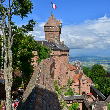 From the top of the impressive walls of the castle of Haut-Koenigsbourg, the view is spectacular: it shows all the plain of Alsace, the Black Forest and on a clear day, the Alps!
